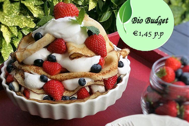 Bio budgetrecept: pannenkoektaart met kokos yoghurt en rood fruit