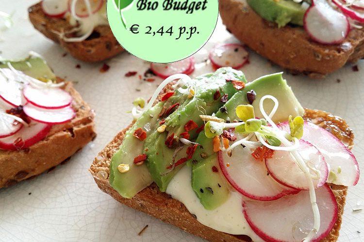 Bio Budgetrecept: avocado toast met radijs en chilivlokken