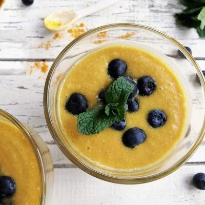 Biologische Golden Smoothie met mango, ananas en kurkuma