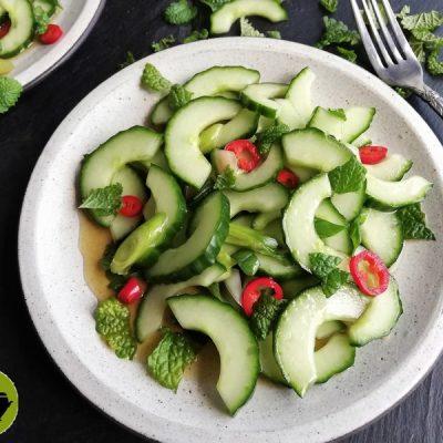 Biologische pittige komkommersalade
