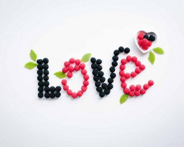 Het woord love gespeld met bramen