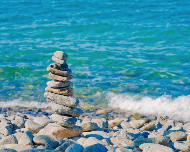 stapel stenen voor een blauwe zee rust