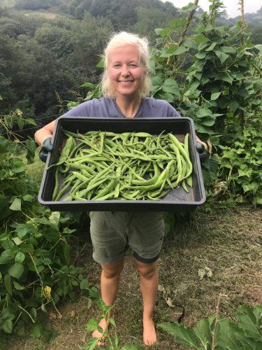 Nadine met lokaal geproduceerd voedsel